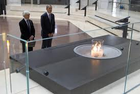 President Obama and Elie Wiesel worship in the Hall of Remembrance
