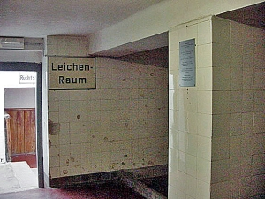 Sign on the wall directs visitors to morgue room at Mauthausen