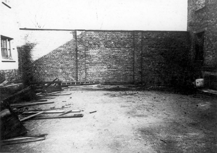 The wall at the end of the courtyard, as it looked when Soviet troops liberated Auschwitz