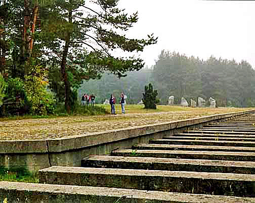 A huge sculpture represents the train tracks and the train platform