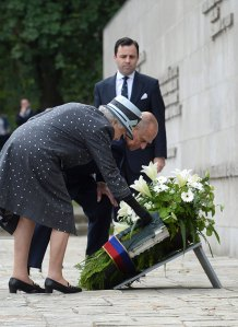Queen Elizabeth lays wreath at the obelisk