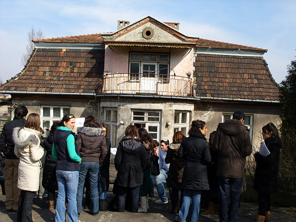 Tourists view the back of Goeth's house